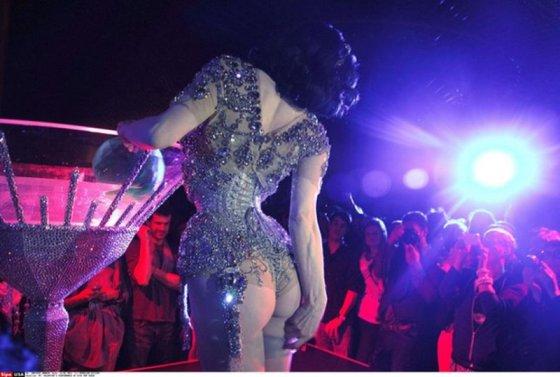 """""""Scanpix"""" nuotr./Burleskos karalienės Ditos von Teese pasirodymas viename Niujorko viešbučių"""