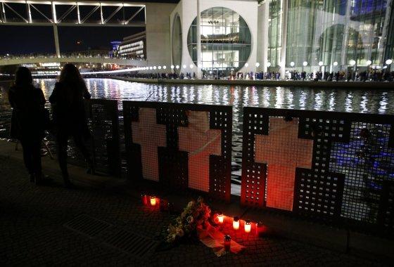 """""""Reuters""""/""""Scanpix"""" nuotr./Minimos Berlyno sienos griuvimo 25-osios metinės (meno projektas """"Šviesų siena"""")"""
