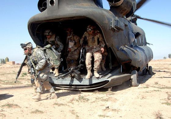 en.wikipedia.org/JAV kariškių nuotr./JAV kariai Irake lipa iš sraigtasparnio