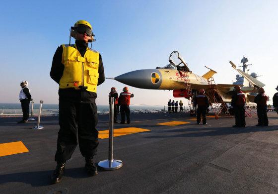 """""""Reuters""""/""""Scanpix"""" nuotr./Ant lėktuvnešio """"Liaoning"""" denio bazuojasi Kinijos naikintuvas J-15"""