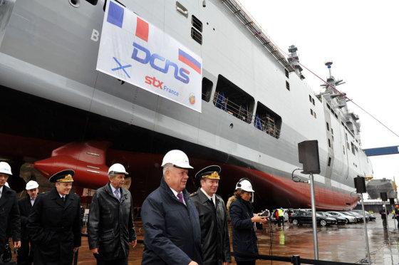 """AFP/""""Scanpix"""" nuotr./Rusijai skirtas """"Mistral"""" tipo laivas nuleidžiamas į vandenį"""