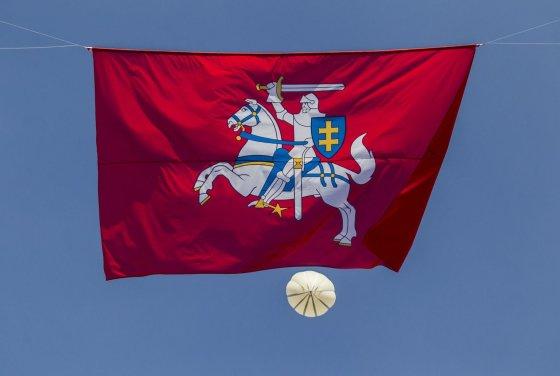 Irmanto Gelūno/15min.lt nuotr./Lukiškių aikštėje – rekordinio dydžio Vyčio vėliava.