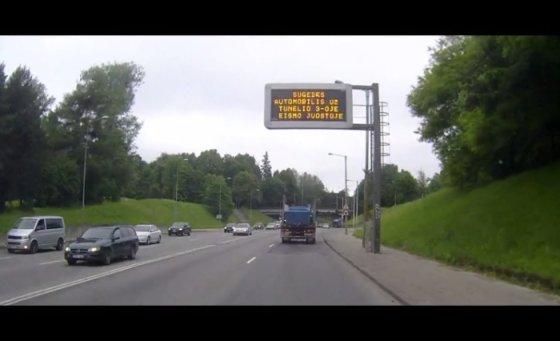 Kadras iš filmuotos medžiagos/Įspėjimas, kurį sunkvežimio vairuotojas ignoravo arba nepamatė