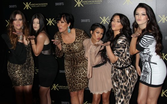 """Scanpix"" nuotr./Iš kairės: Khloe Kardashian, Kylie Jenner, Kris Jenner, Kourtney Kardashian, Kim Kardashian ir Kendall Jenner"