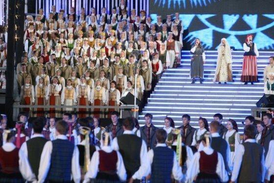 Juliaus Kalinsko/15min.lt nuotr./Dainas, šokius ir liaudies muzikantus apjungiantis ansamblių vakaras šiemet simboliškai  pavadintas