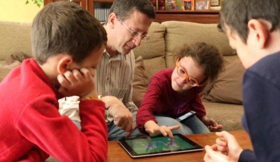 """Kadras iš """"Vimeo""""/Programėlė """"Happy Geese"""" padeda autizmu sergantiems vaikams ir jų tėvams"""