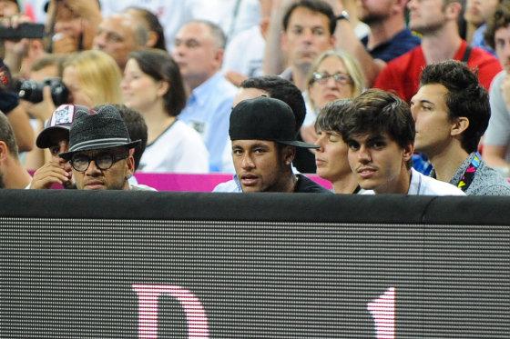 Tomo Lukšio/Fotodiena.lt nuotr./Brazilijos futbolininkai Neymaras (centre) ir Danielis Alvesas (kairėje)