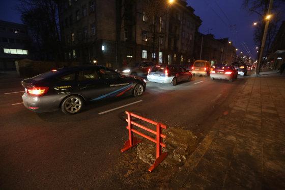 Juliaus Kalinsko/15min.lt nuotr./J.Jasinskio gatvėje Vilniuje atsivėrė smegduobė