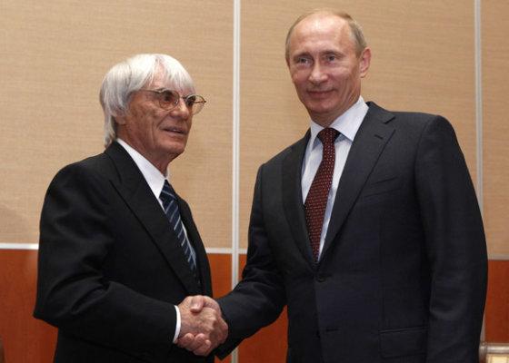 """""""Reuters""""/""""Scanpix"""" nuotr./B.Ecclestone'as ir V.Putinas pasirašė sutartį dėl F1 lenktynių Rusijoje"""