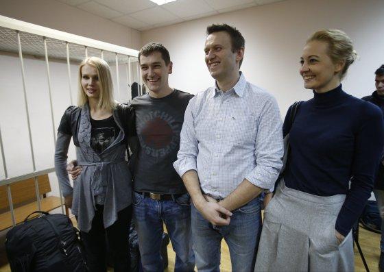 """Scanpix""/AP nuotr./Aleksejus Navalnas su broliu Olegu ir žmonomis"