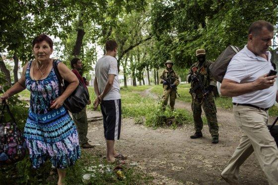 """AFP/""""Scanpix"""" nuotr./Civiliai prie prorusiškų teroristų Donecke"""