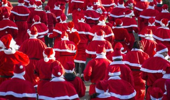"""""""Reuters""""/""""Scanpix"""" nuotr./Kalėdų senelių bėgimas Michendorfe"""