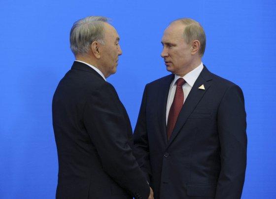 """""""Reuters""""/""""Scanpix"""" nuotr./Kazachstano prezidentas Nursultanas Nazarbajevas ir Rusijos prezidentas Vladimiras Putinas"""