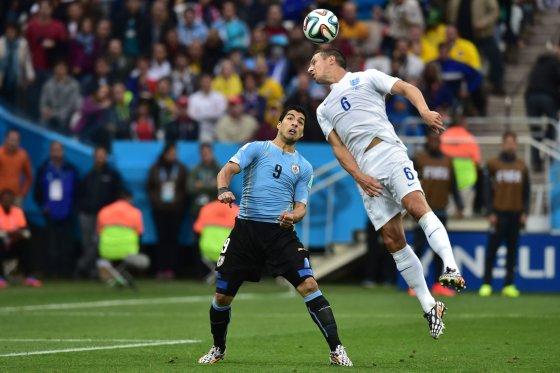 """""""Reuters""""/""""Scanpix"""" nuotr./Luisas Suarezas ir Philas Jagielka"""