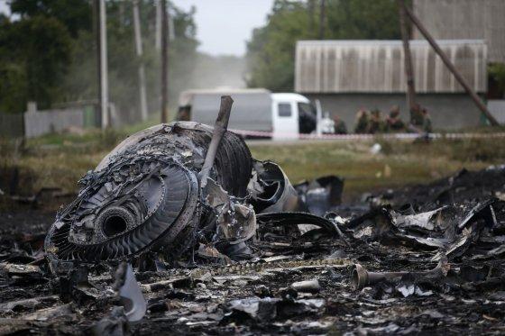"""""""Reuters""""/""""Scanpix"""" nuotr./Numušto """"Malaysia Airlines"""" lėktuvo nuolaužos Donecke, Ukrainoje."""