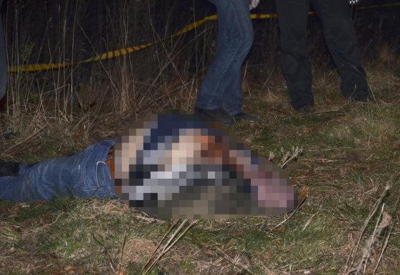 """""""Reuters""""/""""Scanpix"""" nuotr./Rastas nužudyto Oleksandro Muzyčkos kūnas"""