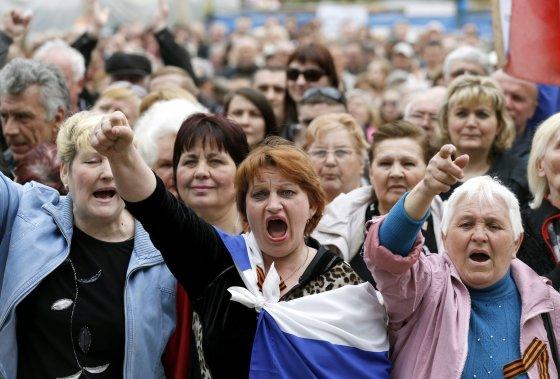 """""""Reuters""""/""""Scanpix"""" nuotr./georgijaus juostelė, prorusiški demonstrantai Ukrainoje, rusų šalininkai, ukraina, rusų šalininkai ukrainoje, prorusiški aktyvistai"""