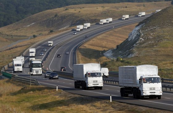 """""""Reuters""""/""""Scanpix"""" nuotr./Rusijos """"humanitarinės pagalbos"""" sunkvežimiai prie Voronežo miesto"""