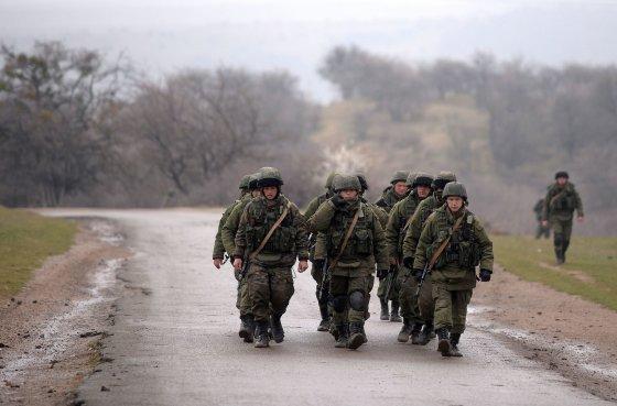 """AFP/""""Scanpix"""" nuotr./Rusijos kariai prie karinės bazės Perevalnoje, Kryme."""