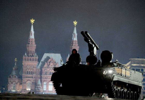 """""""Scanpix"""" nuotr./Rusijos su kariai su karinė technika dalyvavo parado repeticijoje Maskvoje"""