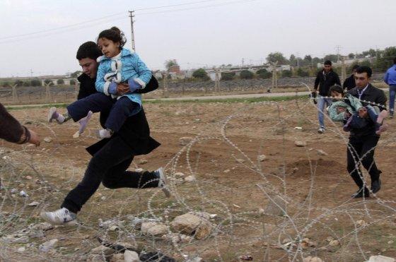 """""""Reuters""""/""""Scanpix"""" nuotr./Vietos gyventojai bėga iš Sirijos."""