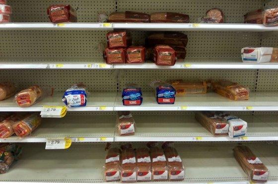 """AFP/""""Scanpix"""" nuotr./Parduotuvėse ištuštėjusios maisto prekių lentynos"""