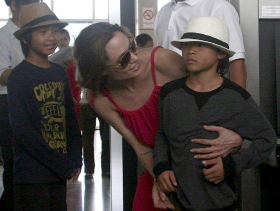 Luko Balandžio/Žmonės.lt nuotr./Prieš septynerius metus Angelina Jolie įsivaikino trečią įvaikį Paxą (nuotraukoje dešinėje)
