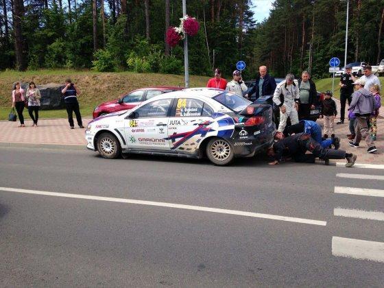 15min.lt skaitytojo nuotr./Vytauto Švedo automobilis su išlūžusiu užpakaliniu tiltu