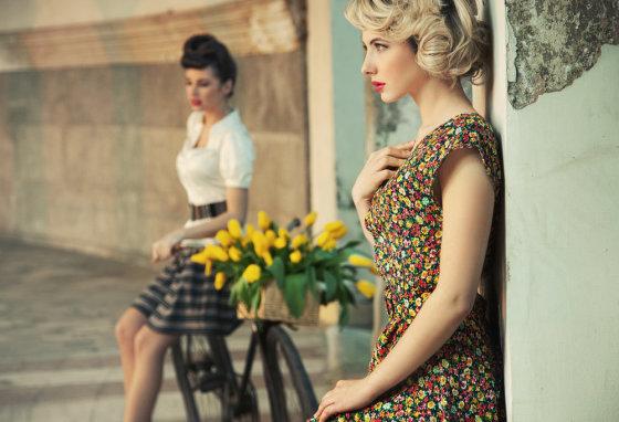 """""""Shutterstock"""" nuotr./Retro stilius neatsiejamas nuo gėlių motyvų ir pabrėžtos liemens linijos."""
