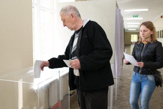 Karolinos Pansevič nuotr./Balsavimas Vilniaus Vingio 401-ojoje rinkimų apylinkėje