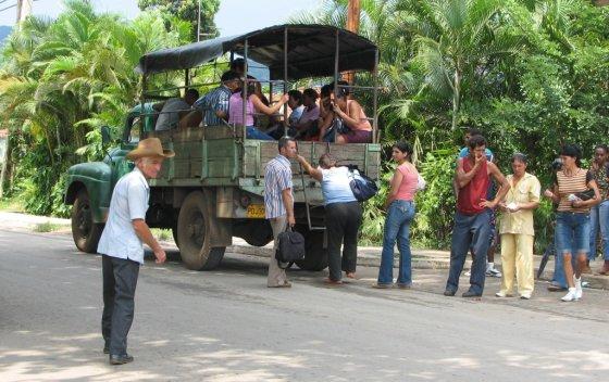 E.Visakavičiaus nuotr./Maršrutiniai sunkvežimiai – labiausiai paplitusi keleivių susisiekimo priemonė Kuboje
