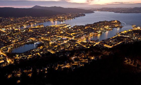 wikimedia.org nuotr/Miestas naktį