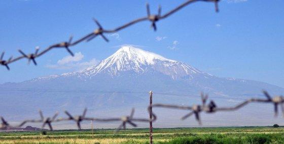 """AFP/""""Scanpix"""" nuotr./Ararato kalnas iš Armėnijos pusės matomas per tvorą"""
