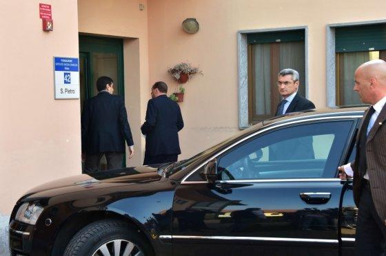 """AFP/""""Scanpix"""" nuotr./Silvio Berlusconi atvyko į netoli Milano esančią slaugos ligoninę pradėti už mokestinį sukčiavimą skirto visuomenei naudingo darbo."""
