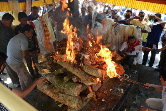 """AFP/""""Scanpix"""" nuotr./Žuvusių šerpų artimieji atlieka laidojimo apeigas"""