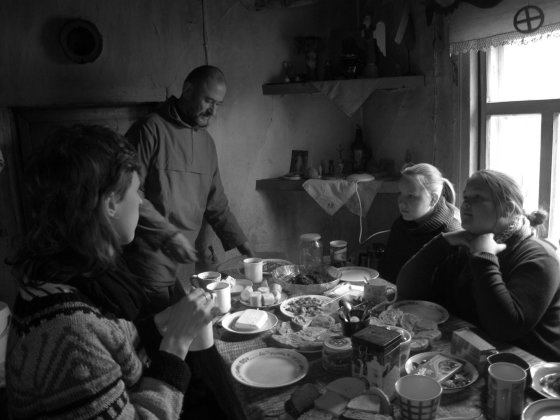 Darželiuose prie stalo Gintautas kviečia ir raizbaininkus, ir šventuosius. G.Gaivenytės nuotr.