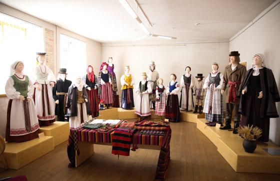 Luko Balandžio/Žmonės.lt nuotr./Jolantos Rimkutės ir Ievos Ševiakovaitės šiuolaikinių tautinių kostiumų modeliai