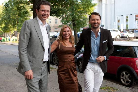 Gretos Skaraitienės nuotr./Aidas Gedvilas su žmona Jolanta ir Mantas Petruškevičius