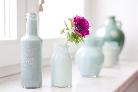 Fotolia nuotr./Įvairių formų šviesių atspalvių stiklinės vazelės