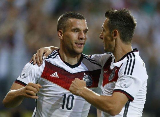 """""""Reuters""""/""""Scanpix"""" nuotr./Lukasas Podolskis ir Miroslavas Klose"""
