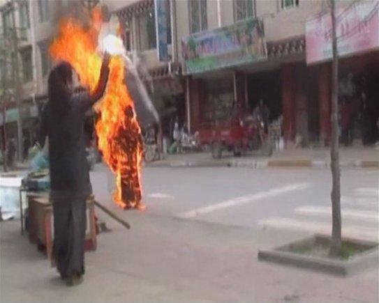 """""""Scanpix"""" nuotr./Deganti tibetiečių vienuolė"""