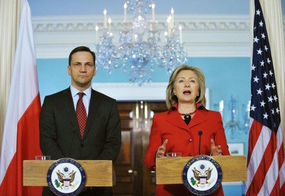 """AFP/""""Scanpix"""" nuotr./Lenkijos užsienio reikalų ministras Radoslawas Sikorkis ir tuometinė JAV valstybės sekretorė Hillary Clinton"""