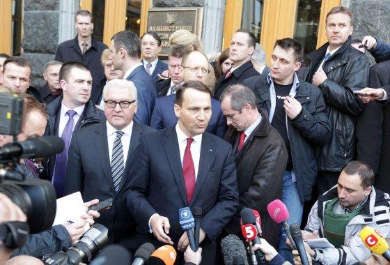 """AFP/""""Scanpix"""" nuotr./Lenkijos užsienio reikalų ministras Radoslawas Sikorkis Kijeve"""