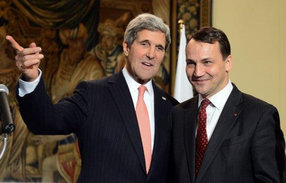 """AFP/""""Scanpix"""" nuotr./JAV valstybės sekretorius Johnas Kerry ir Lenkijos užsienio reikalų ministras Radoslawas Sikorkis"""
