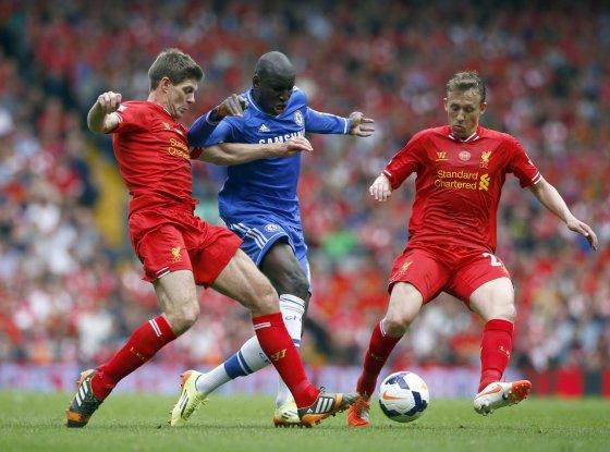 """Reuters""/""Scanpix"" nuotr./Stevenas Gerrardas irLucasas stabdo Demba Ba"