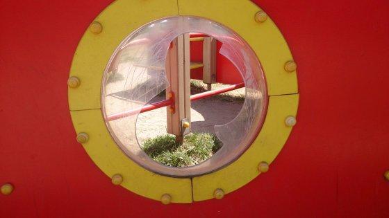 Skaitytojos Arinos nuotr. /Klaipėdiečiai skundžiasi suniokota ir netvarkoma vaikų žaidimo aikštele.