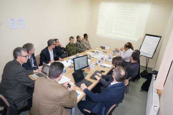 Organizatorių nuotr./Stalo pratybos, per kurias NATO jėgos struktūrų atstovai bandė spręsti situacijas, susijusias su energetikos šaltinių apsauga.