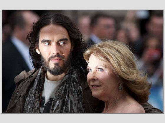 """AFP/""""Scanpix"""" nuotr./Russellas Brandas su mama Barbara"""