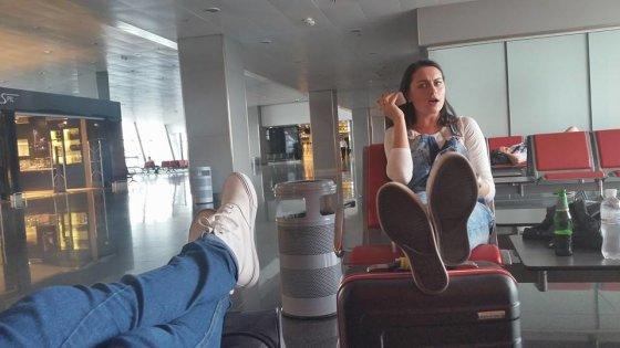 """Asmeninio albumo nuotr./""""Pinup Girls"""" atlikėjos – Simona Nainė ir Viktorija Sutkutė oro uoste"""