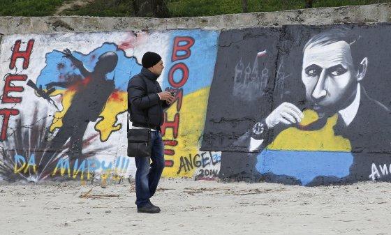"""""""Reuters""""/""""Scanpix"""" nuotr./Grafiti prieš Rusijos agresiją"""